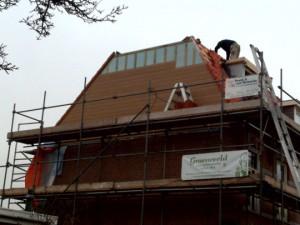 hard aan het werk 300x225 Uw dak 50 jaar waterdicht en 0% waterrisico